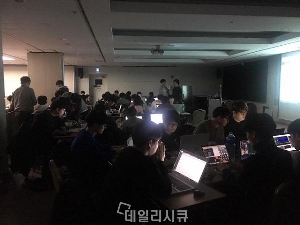 ▲ 제15회 해킹캠프 CTF 대회 현장. 학생들이 진지하게 대회에 임하고 있다.