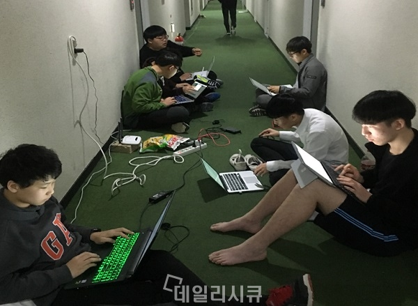 ▲ 해킹캠프에 참가한 학생들. 캠프 복도에서도 열심히 문제풀이를 하고 있다.