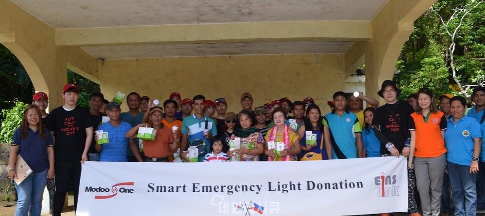 ▲ 모두스원과 아인스링크가 공동으로 필리핀 레이떼 빌리란섬 말라방 지역에 스마트 이머전시 라이트를 전달하고 있다.