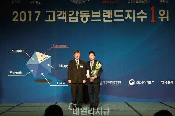 ▲ 오른쪽부터 ADT캡스 김노열 서비스본부장, 심사위원장 동국대 유창조 교수