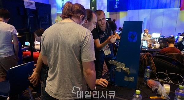 ▲ ATM기 해킹을 시도하고 있는 참가자들