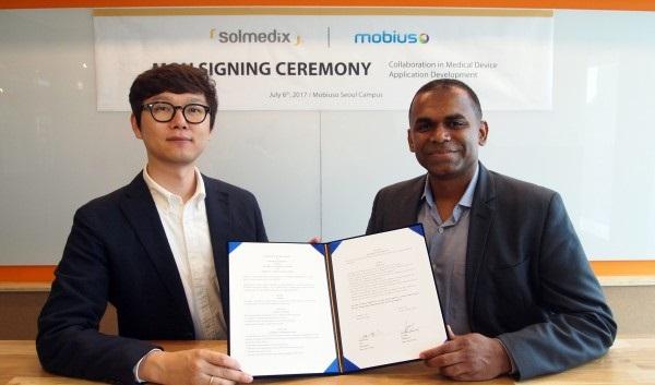 ▲ 양인철 솔메딕스 대표(왼쪽)와 Mobiuso LLC Santhosh Kumaraswamy 대표가 업무협약 체결 후 기념 촬영을 하고 있다.