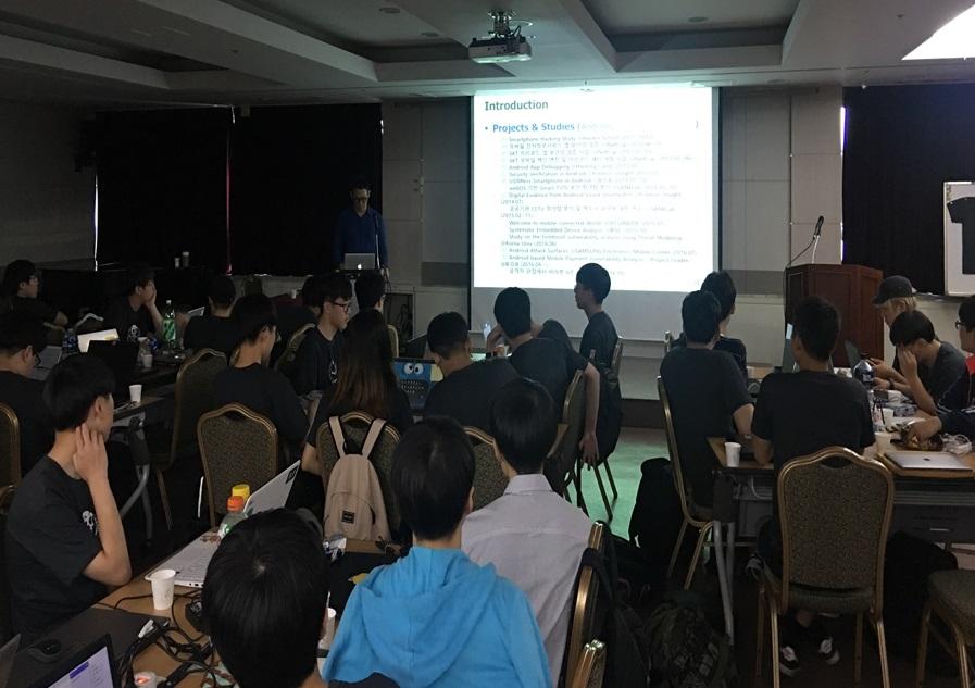 ▲ 'POC'와 '해커스쿨'이 공동으로 주최하는 16회 '해킹캠프'(hackingcamp.org)가 지난 8월 26일부터 27일까지 초, 중, 고, 대학생 80여 명이 참석한 가운데 남산 서울유스호스텔에서 개최됐다.