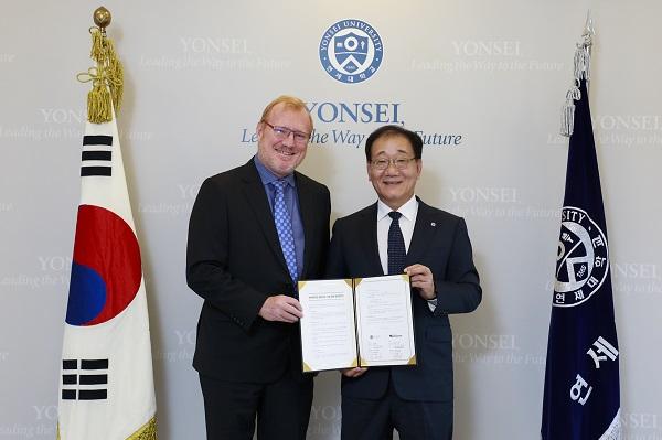 ▲ 피터 무어(Peter Moore) AWS 아시아태평양 공공 총괄(왼쪽)과 연세대학교 김용학 총장