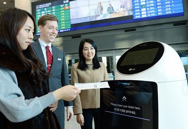 ▲ 인천국제공항 시범서비스 중인 안내로봇