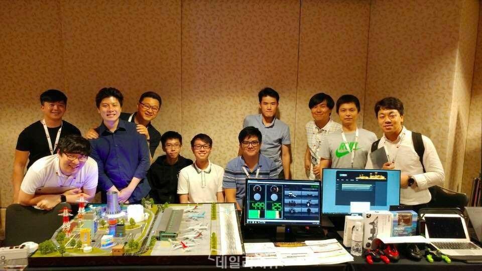 ▲ 제16회 '2017 ICS Cyber Security Conference'에서 기반시설 국제 해킹 대회대회 문제 출제 및 운영을 담당하고 있는 NSHC 레드알럿팀.