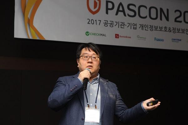 ▲ PASCON 2017. 체크멀 김정훈 대표(사진)가 랜섬웨어 탐지 및 방어 기술의 발전을 주제로 키노트 발표를 진행하고 있다.