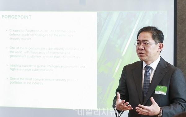 ▲ 포스포인트(한국지사장 이동희. 사진)는 28일 기자간담회를 열고 '2018 보안 예측 보고서(2018 Security Predictions Report)'를 공개했다.