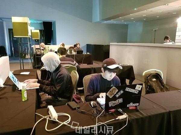 ▲ Cykorkinnesis팀 HITCON 2017 CTF 대회 중 촬영이미지.