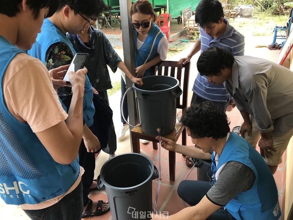 ▲ 오염된 식수 문제를 해결하기 위해 정수키트를 제작하고 있는 NSHC 직원들.