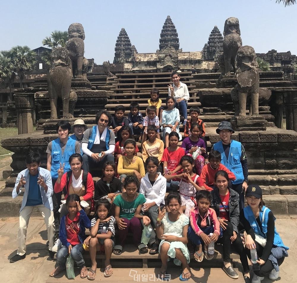 ▲ 처음 여행이란 것을 해보는 학생들과 함께한 앙코르와트 관광.