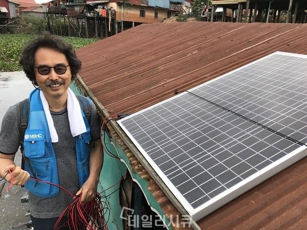 ▲ 태양광 전구시스템을 설치하고 있는 이윤승 부사장.