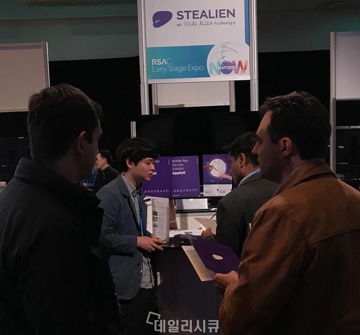 ▲ RSA 컨퍼런스 2018 스틸리언 부스에서 방문객에게 제품을 설명하고 있는 박찬암 대표.