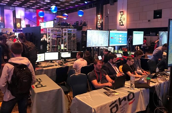 ▲ PHD8에서 열린 스카다망 해킹 보안 대회 'STANDOFF'에서 공격자들이 실제 ICS/스카다 산업제망을 공격해 침투가 가능하다는것을 보여주고 있다. 공격팀의 반대편에는 방어팀이 이를 방어하고 있다.