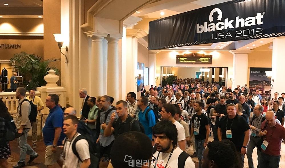 ▲ 전세계 보안담당자 1만 5천명 이상이 참석한 블랙햇 USA 2018 현장. 트렉 발표를 듣기 위해 이동하고 있는 참관객들.