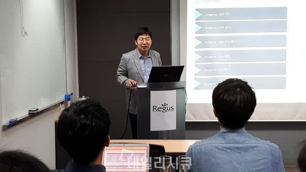 ▲ 김상진 아크서브 이사가 신규업체세미나에서 제품을 설명하고 있다