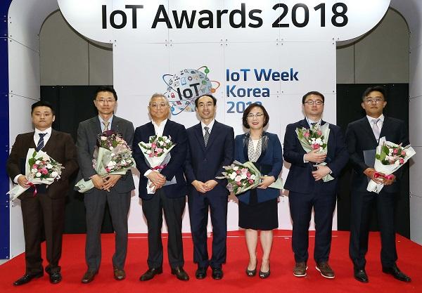 ▲ 사물인터넷 진흥주간 '2018 IoT Awards'에서 과학기술정보통신부 표창을 받은 에어릭스 김군호 대표(왼쪽에서 세번째)가 수상자들과 기념 사진을 촬영하고 있다.