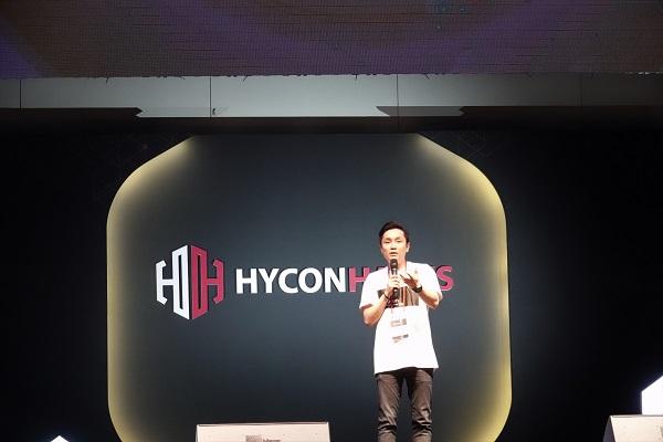 ▲ '하이콘핵스(hycon hacks)'에서 환영사를 하는 김태원 대표