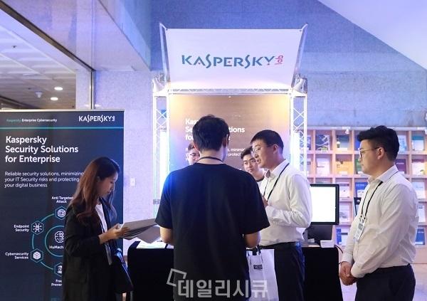 ▲ K-ISI 2018에서 카스퍼스키랩 코리아가 자사 위협 인텔리전스 관련 솔루션들을 소개하고 있다.