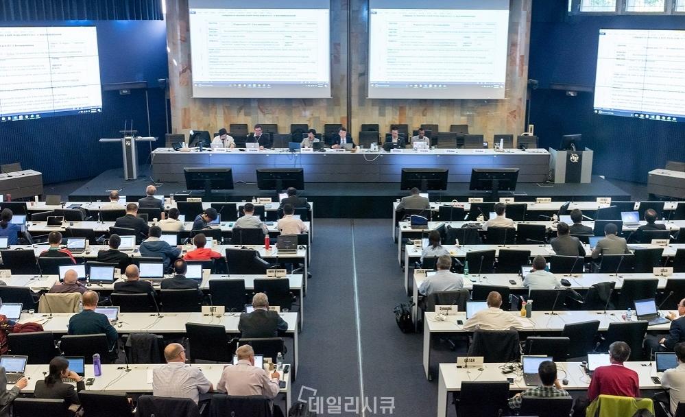 ▲ 최근 스위스 제네바의 ITU본부에서 열린 국제전기통신연합 정보통신부문 연구반 17 (ITU-T SG17) 회의에서 국제의장이자 순천향대 정보보호학과 염흥열 교수(단상 오른쪽 세번째)가 회의를 주재하고 있다.