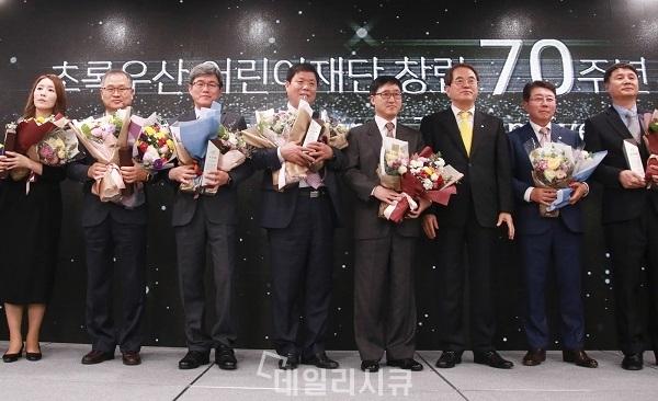 ▲ ADT캡스가 '초록우산 어린이재단 회장 표창'을 수상했다. ADT캡스 이강열 서비스본부장(사진 왼쪽에서 세번째), 이제훈 초록우산 어린이재단 회장(사진 오른쪽에서 세번째)