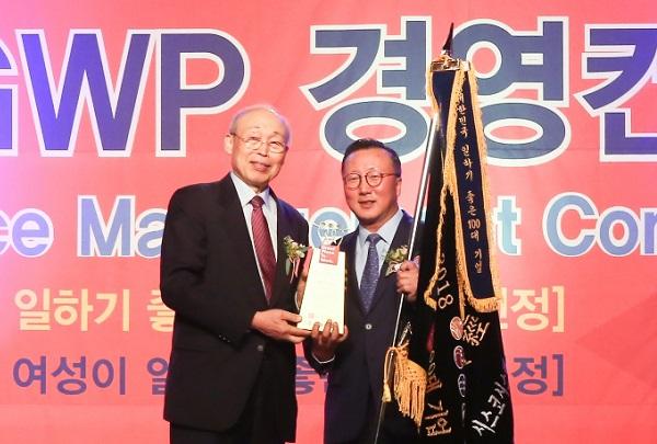 """▲ 조범구 시스코 코리아 대표(오른쪽)이 제17회 """"일하기 좋은 100대 기업"""" 신뢰대상을 수상하고 있다."""